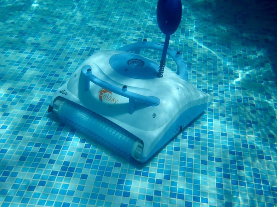 Curăță fundul piscinei