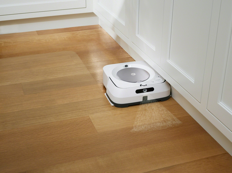 Curățarea de-a lungul pereților și sub mobilier