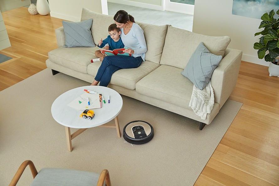 Curăță toate tipurile de podele și covoare, de asemenea, va face față suprafețelor de sub mobilier